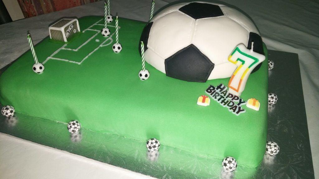 Gateau d'anniversaire en forme de terrain de foot