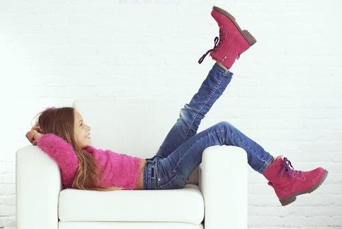 Jeune fille dans son fauteuil pour enfant