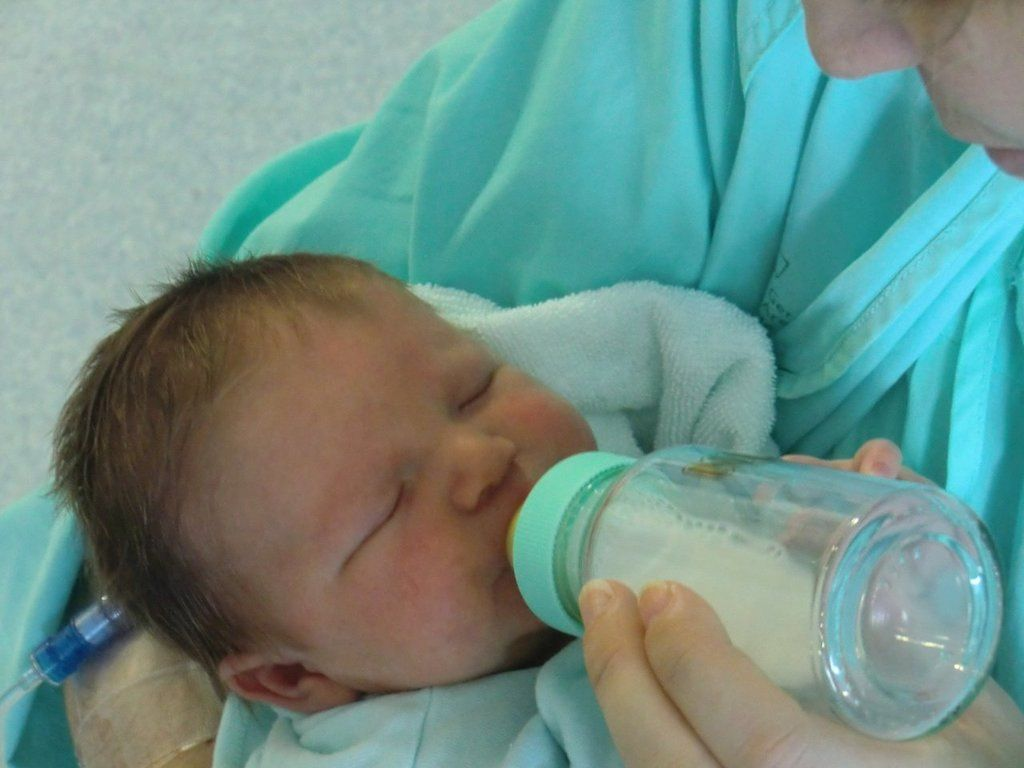 Bébé prenant son biberon