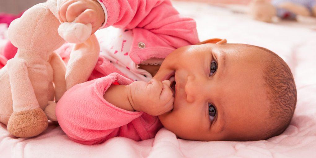 bébé avec sa peluche